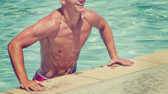 プールから上がるマッチョな男性
